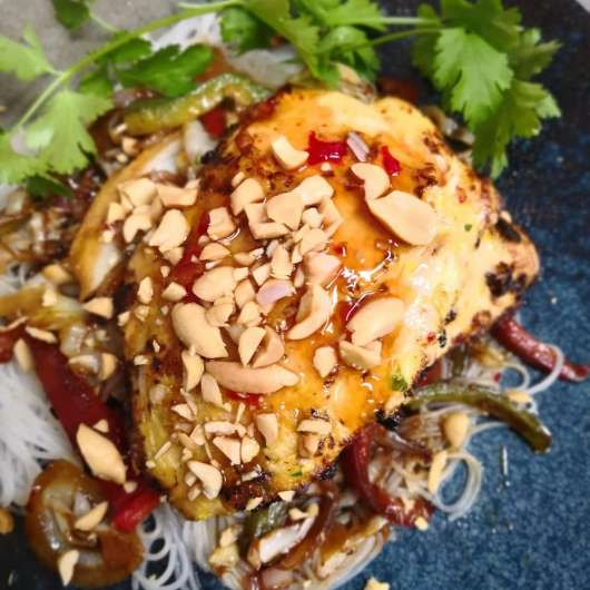 Pollo a la parrilla marinado con salsa Thai